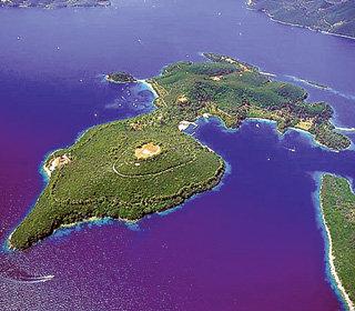 Чтобы покрыть долг, Греции надо будет продать больше тысячи таких же шикарных островов, как принадлежит семье ОНАССИСОВ