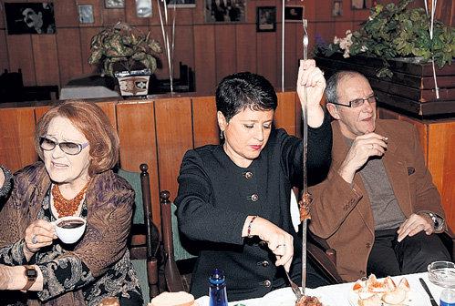 Супруга Эммануила ВИТОРГАНА Ирина (в центре) показала мужу и Татьяне КОНЮХОВОЙ, как правильно снимать шашлык с шампура