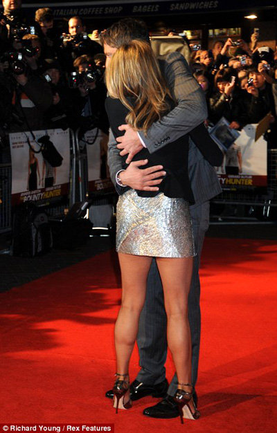 Джерард крепко прижимал к себе красотку Джен. Фото Daily Mail