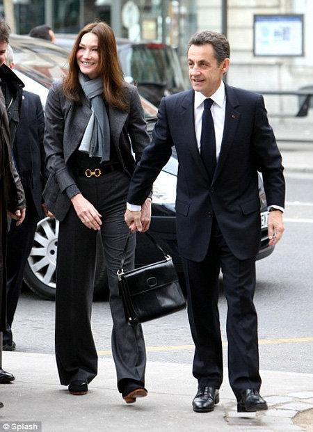 Николя всё время пытался взять жену за руку, но она отдергивала ладонь. Фото Daily Mail