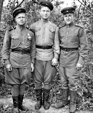 В 1943-м Иван (справа) с однополчанами и представить себе не могли, что в 1945-м он станет участником парада Победы
