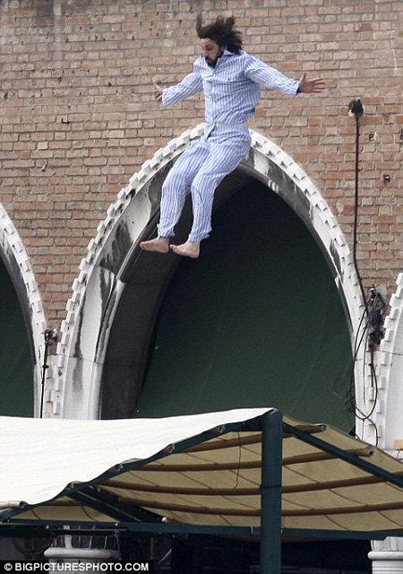 ...и прыгает вниз. Фото Daily Mail