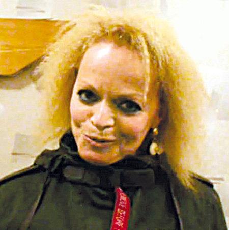 За кулисами певица ничем не напоминала гламурную диву - Лариса прилетела в Уфу в черноц курточке