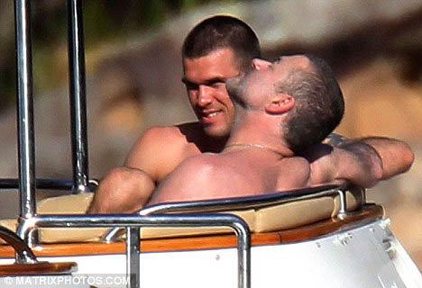 Любовники нежились на солнышке, лаская друг друга. Фото: Daily Mail