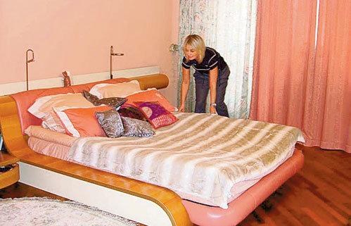 Хозяйка дома привыкла спать на двух-трёх подушках