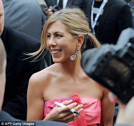 На парижской премьере Энистон раздавала автографы и просто сияла от счастья. Фото: Daily Mail