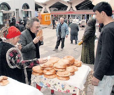 На рынке ЗАКИРОВУ часто предлагают товар бесплатно