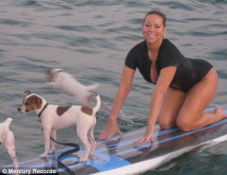 Мэрайя катается на доске вместо со своими собаками. Фото: Daily Mail