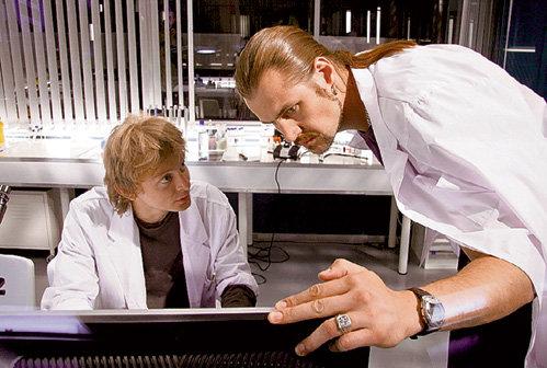 Биолог Иван Тихонов (Евгений КУЛАКОВ) и майор ГРУ Сергей Майский (Павел ШУВАЕВ) анализируют очередное дело