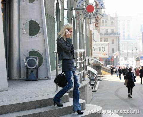 Саша спокойно вышла из салона и села в свою машину. Фото: paparazzi.ru