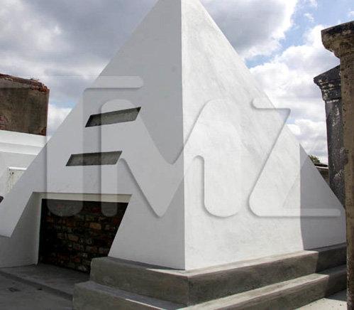 Пирамида высотой в 2,7 метра, расположенная на кладбище в Новом Орлеане (фото tmz.com)