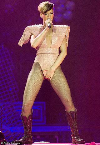 Истосковавшаяся по мужской ласке певица принялась гладить себя между ног прямо на сцене. Фото Daily Mail