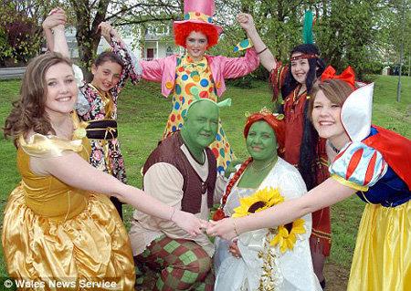 Моложены в окружении гостей в костюмах сказочных героев