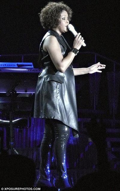 Даже чёрные вещи не скрывали недостатки фигуры певицы - фото Daily Mail