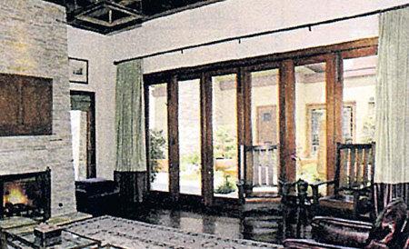 В доме много света и мало мебели