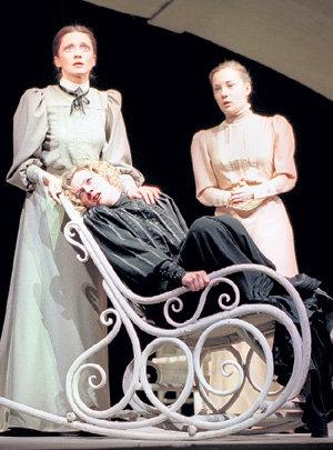 Сцена из спектакля «Три сестры»: Ольга (Ольга ДРОЗДОВА), Маша (Ирина СЕНОТОВА), Ирина (Чулпан ХАМАТОВА) (фото ИТАР-ТАСС)