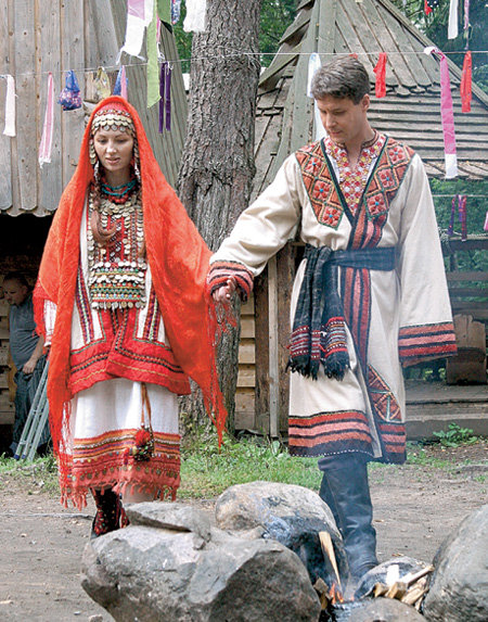 Анна (Елена КСЕНОФОНТОВА) и Глеб (Александр МАКОГОН) сыграли свадьбу в тайге