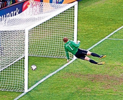 Вратарь сборной Германии НОЙЕР видел, что мяч попал в ворота, но подойти к судье и признаться в этом у немца не хватило благородства