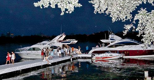 Редкие миллионеры причаливали к пирсу Beach Club Royal Bar на своих яхтах, но выходить к народу не спешили