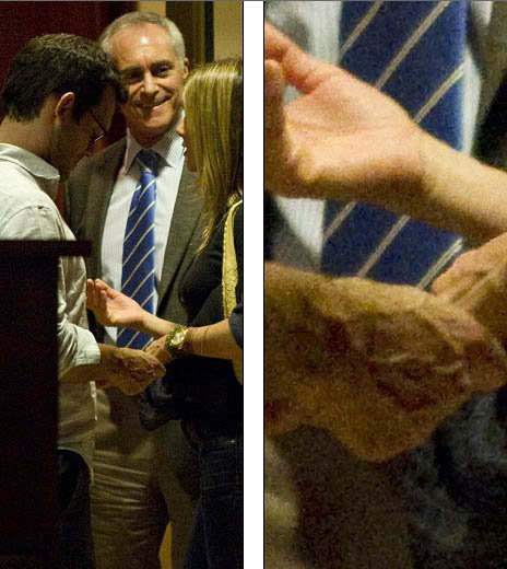 Парочка нежно держалась за руки. Фото: Daily Mail