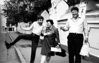 Владимир любил, как он сам говорил, пофулюганить. С семьёй Валентина и Светланы Савич. Лето 1970 г.
