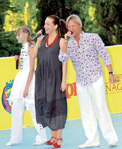 Екатерина (в центре) отказалась от косметики, стала носить свободные платья, но с любимыми босоножками на высоких каблуках, так и не рассталась