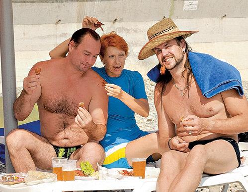 Александр ПЕСКОВ, Оксана СТАШЕНКО и Павел ШУВАЕВ баловались пивом с раками