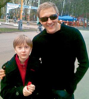 Хотя они и не живут вместе, всё свободное время папа старается проводить со своим старшеньким (odnoklassniki.ru)