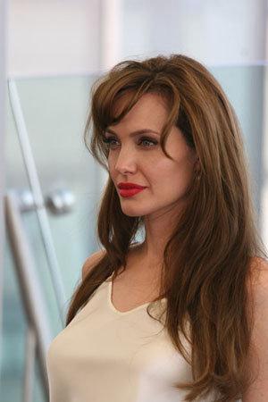 Несомненно, скандальные снимки доставят немало неприятных моментов Анджелине, которая сейчас летает по миру с премьерой