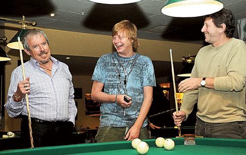 В свободное от работы время Михаил любит покатать шары (на фото с Андреем МАКАРЕВИЧЕМ и Андреем ГРИГОРЬЕВЫМ-АПОЛЛОНОВЫМ)