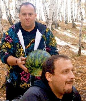 С Сергеем КОНОНОВЫМ (на фото - с арбузом) наш герой зажигал в Москве, сбежав от жены Инны