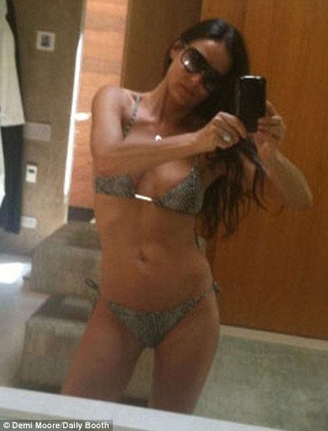 47-летняя Деми Мур сняла сама себя в бикини. Фото: Daily Mail