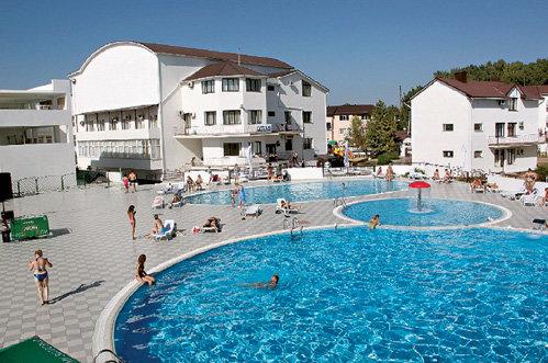 Народные и заслуженные не жаловали бассейн отеля, где жили, и гурьбой отправлялись на пляж
