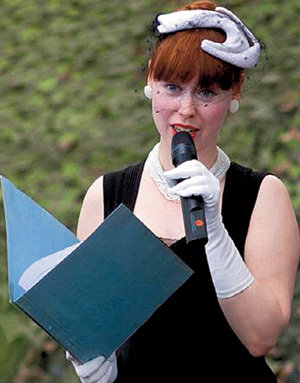 Несколько лет назад Анна была ведущей телепрограммы «Ретро-дефиле» на кабельном канале