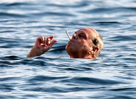 Джек НИКОЛСОН умудряется одновременно плавать и курить