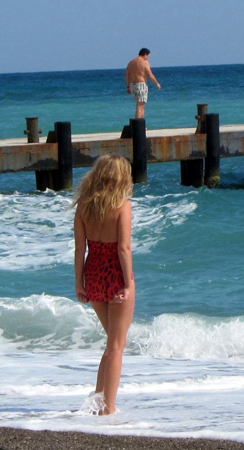 Красотка с нежностью наблюдала, как МЕЛАДЗЕ прыгает в море