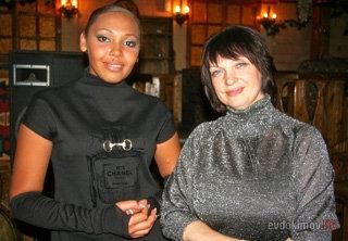 Инна БЕЛОВА и Галина ЕВДОКИМОВА - жена и темнокожая любовница губернатора помирились в прошлом году на вечере его памяти. Фото evdokimov.ru