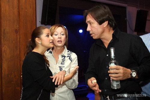В приятной компании не грех и рюмку пропустить - фото paparazzi.ru