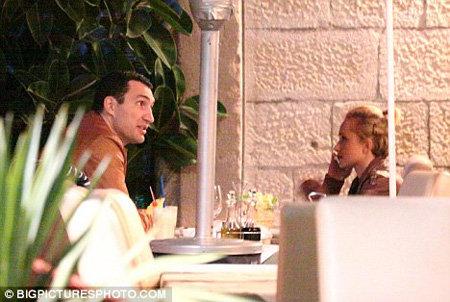 После морской прогулки Владимир и Хайден сошли на берег, чтобы поужинать в местном ресторанчике