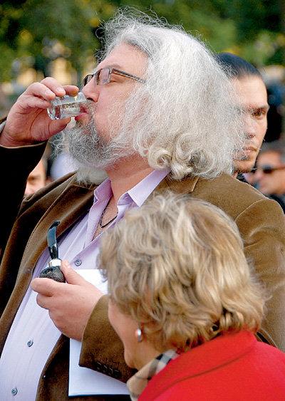 Андрей МАКСИМОВ вынимал трубку изо рта, лишь когда хотел выпить