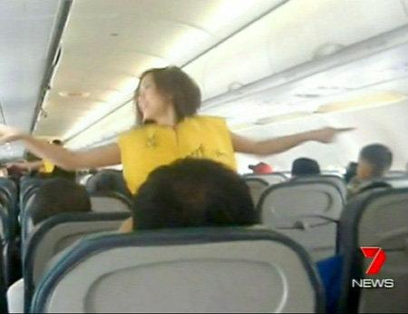 Весёлые стюардессы не только поднимают пассажирам настроение...