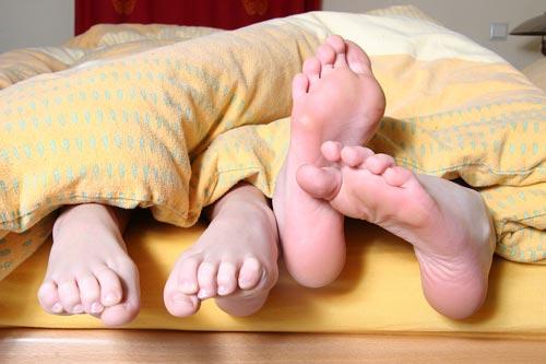 Как выспаться, если тебя пинают и тянут одеяло на себя? Фото: pixabay.com