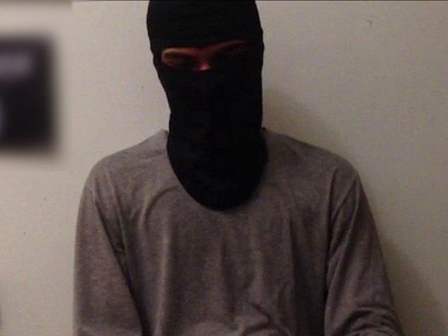 ИГ обнародовала видеообращение напавшего налюдей вСургуте боевика