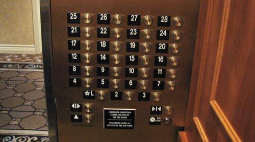 Кнопки в лифте: 13 этаж отсутствует. Фото: Sgerbic/wikimedia.org