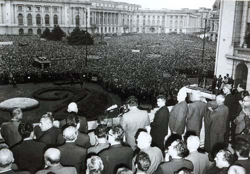 Чаушеску на митинге против введения советских войск в Чехословакию, август 1968 года. wikipedia