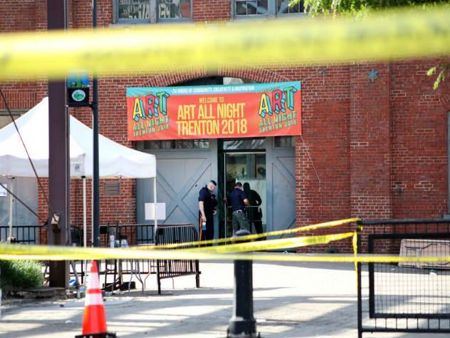 Полицейский, находившийся на выставке как зритель, выстрелил в ответ после начала стрельбы