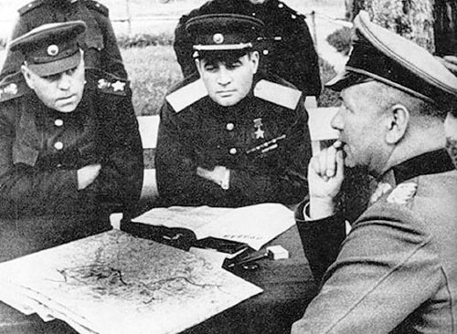 Маршал Советского Союза А. Ðœ. Василевский и генерал армии И. Д. Черняховский принимают капитуляцию немецкого генерала. Витебск, 28 июня 1944 года. Источник: wikipedia.org