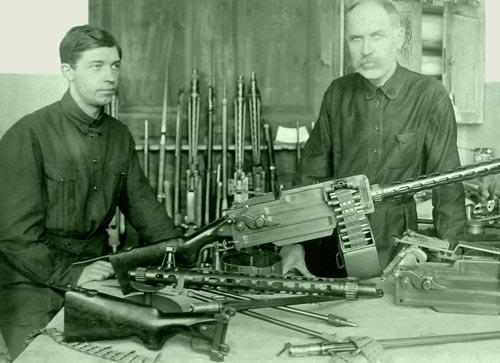 Ф. В. Токарев с сыном Николаем у ручного пулемета системы Максима-Токарева образца 1925 г. Фото: wikimedia.org