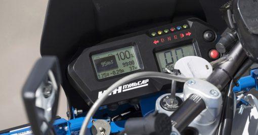 Новый мотоцикл Иж Пульсар принципиально отличается от всех предыдущих линеек. Мощность мотора 20 л.с., а максимальная скорость до 100 км/ч. При зарядке Пульсар потребляет 10 кВт энергии в час.