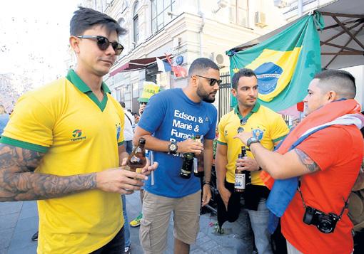 Иностранные болельщики выпивают в общественных местах